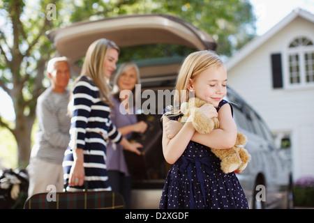 Girl hugging teddy bear à l'extérieur Banque D'Images