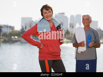 Vieux couple lors de l'entraînement de l'eau potable Banque D'Images