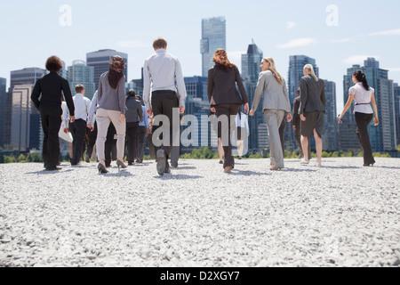 Les gens d'affaires à marcher en direction de City Banque D'Images