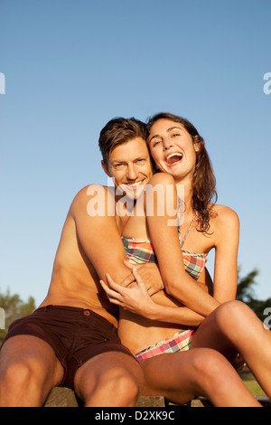 Portrait of smiling man hugging woman in bikini enthousiaste Banque D'Images