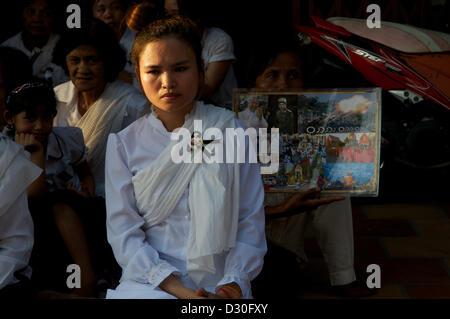Phnom Penh, Cambodge. 4 février 2013. Portrait d'une jeune femme, les Cambodgiens Khmers deuil Le deuil du Roi Norodom Banque D'Images