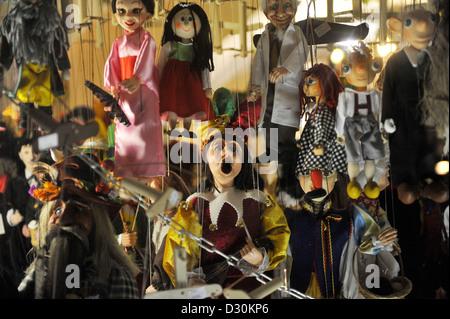 Des pantins suspendus dans la fenêtre d'une boutique à Prague, République Tchèque Banque D'Images