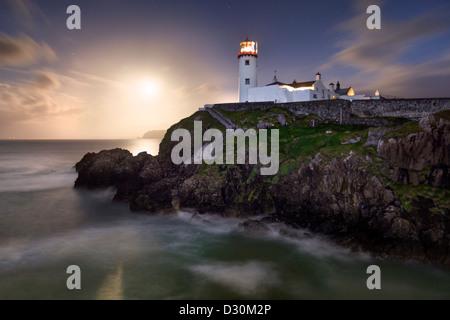 Fanad Head capturé comme une pleine lune s'élève derrière le phare Banque D'Images