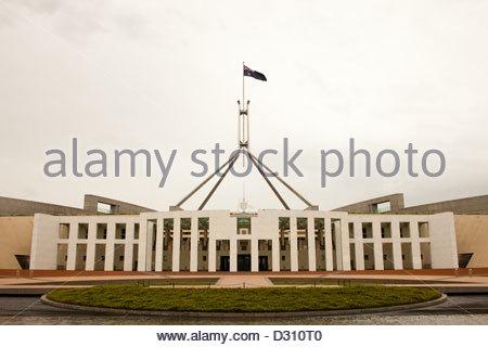 Rainclouds passent au-dessus de nouveau la Maison du Parlement, à Canberra. Banque D'Images