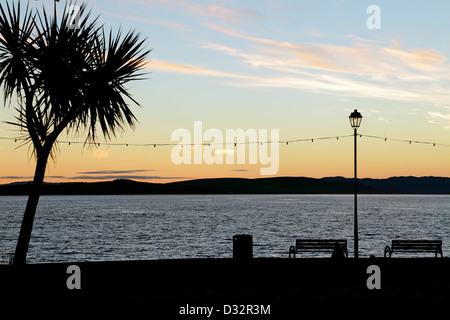 Vue vers l'Ouest au coucher du soleil sur le Firth of Clyde de Largs, promenade dans l'Ayrshire, sur la côte ouest Banque D'Images
