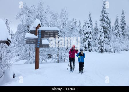 Les skieurs de fond près de la Cabane Laavu Kahvikeidas kansallispuisto Pallas-Yllästunturin dans le parc national Banque D'Images