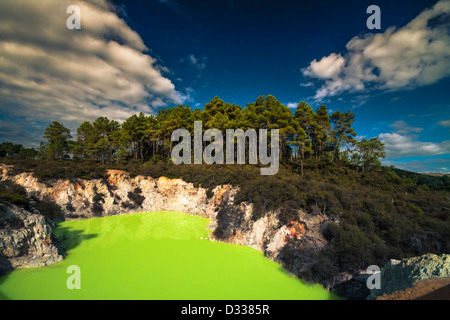 Très beau lac thermal appelé Devil's baignoire à Wai-O-Tapu Wonderland, Rotorua, île du Nord, en Nouvelle-Zélande. Banque D'Images