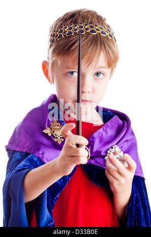 Petit garçon prétend être kingl assistant avec baguette magique. Banque D'Images