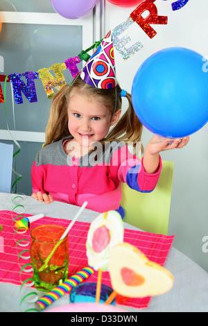 Happy little girl comment s'amuser dans une fête Banque D'Images