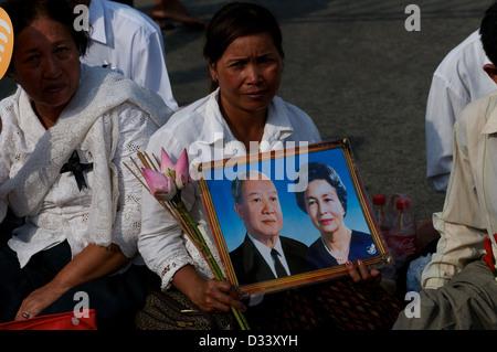 Femme cambodgienne émotionnelle pleure la perte du Roi Norodom Sihanouk de Phnom Penh, Cambodge. crédit: Kraig Banque D'Images