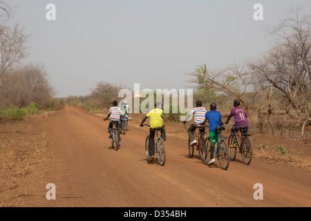 Yako, Burkina Faso, Mai 2012: les adolescents à l'école à vélo à travers la forêt. Gompossom Banque D'Images