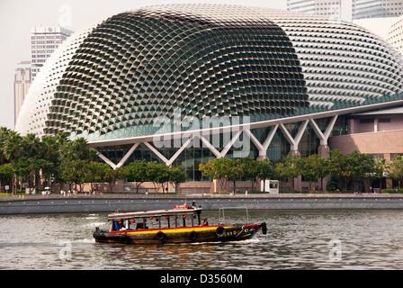 Bateau de tourisme sur la rivière Singapour, en face de la toiture en forme de durian de l'Esplanade Theatres On Banque D'Images