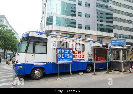 Clinique de soins de santé mobiles chinois, permettant l'intervention (chirurgie de la cataracte) à effectuer dans des régions relativement éloignées. Le Guangdong, Chine. zoomd