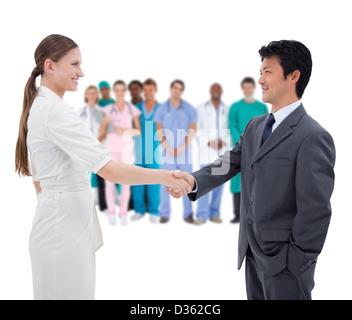 Business people avec le personnel médical en arrière-plan Banque D'Images