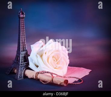 Image de la carte de vœux de fête avec des roses blanches sur la table décorées de petites Tour Eiffel, photo vintage Banque D'Images