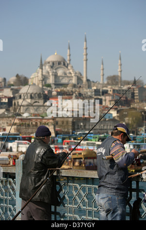 Istanbul, Turquie, les pêcheurs sur le pont de Galata dans backg. Le Rustem Pasha Mosque Banque D'Images