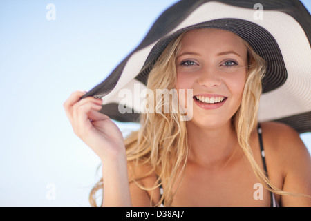 Woman wearing bikini et floppy hat Banque D'Images