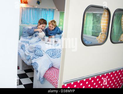 Le petit déjeuner des enfants en camping- Banque D'Images