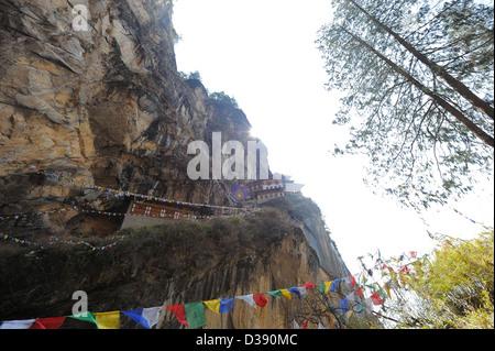 Le monastère de la montagne connue sous le nid ou Tigres Taktsang Lhakhang au Bhoutan, perché à plusieurs milliers de pieds vers le haut sur la montagne