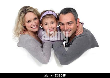 Portrait d'une famille assise sur un canapé Banque D'Images