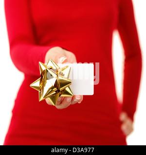 Mid section of woman montrant avec carte-cadeau décoration tenue porter du rouge isolé sur fond blanc Banque D'Images