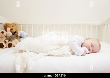 Baby Girl sleeping in crib Banque D'Images