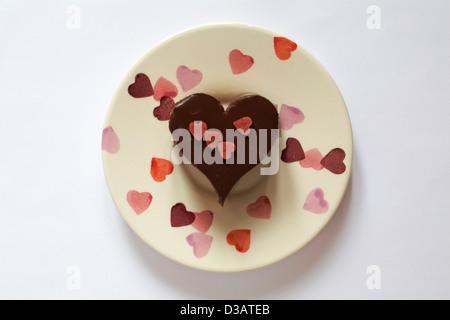Triple chocolat en forme de coeur ciel dessert sur assiette avec cœur sur isolé sur fond blanc - idéal pour la Saint Banque D'Images