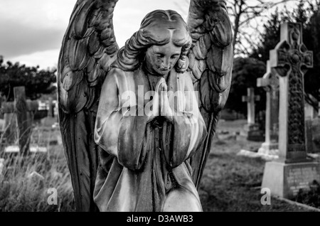 Pierre tombale Ange Priant à St Nicholas Church cimetière à Chislehurst Banque D'Images