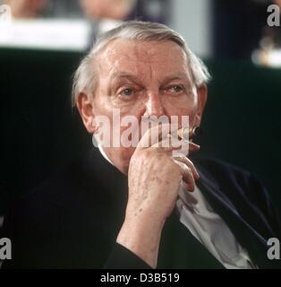 (Dpa) - Ludwig Erhard, l'ancien chancelier allemand, fume un cigare au cours d'un congrès du parti à Duesseldorf, Allemagne de l'Ouest, 1971. Après la Seconde Guerre mondiale, il a servi comme premier ministre de l'économie fédérale à partir de 1949 jusqu'à son élection comme chancelier allemand en 1963. Il a démissionné de son poste en décembre 1966. Erha