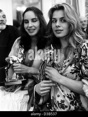 """(Afp) - Les actrices allemandes Nastassja Kinski (R) et Katerina Jacob ont entre leurs mains les statuettes de la German Bambi Award, Munich, 17 février 1978. Kinski, la fille de l'acteur allemand Klaus Kinski, a reçu le prix """"révélation de l'année"""". Elle avait fait sa percée dans le crime 1977 s"""
