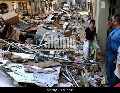 (Afp) - Une femme fait son chemin à travers les ordures des maisons inondées s'empilent sur la rue à Pirna, 21 août 2002. Après l'eau élevée retirées et laissé un chaos, les résidents sont occupés à nettoyer. Les pires inondations en Allemagne dans un siècle a causé des dommages catastrophiques estimées dans les bil