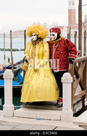 Couple habillé en costume traditionnel vénitien portant un Bauta masque pour la Carnaval de Venise Venise Italie Banque D'Images