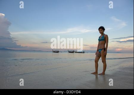 Phi Phi l'Islande, la Thaïlande, une femme dans un bikini profitant de la soirée à la plage Banque D'Images