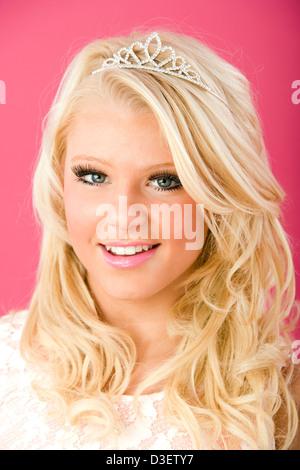 Jolie jeune fille de 16 ans, portant une tiare. Banque D'Images