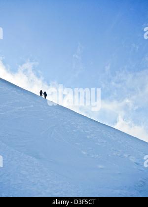 Deux alpinistes sur une pente de neige en Ecosse en hiver Banque D'Images