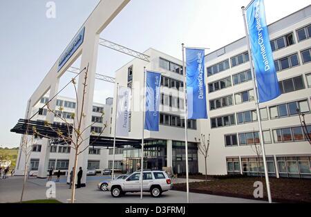 (Afp) - je vois des drapeaux devant le nouveau bâtiment du siège de la DaimlerChrysler Bank lors de son inauguration à Stuttgart, Allemagne, le 5 mai 2003.