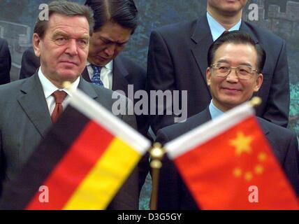 (Afp) - Le Chancelier allemand Gerhard Schroeder (L) et le Premier ministre chinois Wen Jiabao ont vu derrière leurs drapeaux nationaux respectifs, à Beijing, Chine, 1 décembre 2003. À son arrivée, Schroeder a pris part à l'ouverture d'un bureau de TUI, l'une des plus grandes entreprises de tourisme, qui ensemble avec le China Travel Service, prévoit d'élargir le niveau croissant de services et entre