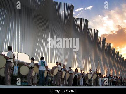 (Afp) - Le soleil se couche au-dessus d'une sculpture de vent dans le complexe olympique d'Athènes, tandis que les Banque D'Images