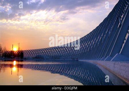 (Afp) - Le soleil se couche sur l'arcade dans le complexe olympique d'Athènes et reflète dans un bassin d'eau, nuit Banque D'Images