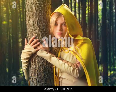 Fille blonde dans une forêt magique Banque D'Images
