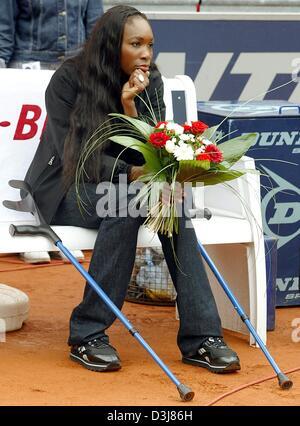 (Afp) - Le joueur de tennis américain Venus Williams avec des béquilles est assis sur un banc sur le centre à Berlin, Banque D'Images