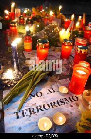 """(Afp) - un signe parmi les fleurs et allumé des bougies se lit 'No al terrorismo"""" (Non au terrorisme) en face de l'ambassade d'Espagne à Berlin, 14 mars 2004. 200 personnes ont été tuées et plus de 1 200 blessés dans un attentat à la bombe dans la capitale espagnole la semaine dernière."""