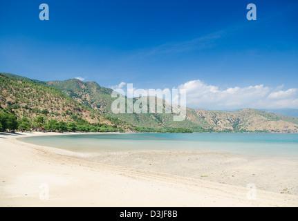 Areia branca beach tropical près de Dili au Timor oriental