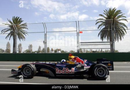 (Afp) - Colombie Britannique pilote de Formule 1 David Coulthard conduit sa voiture de course Red Bull sous palms Banque D'Images