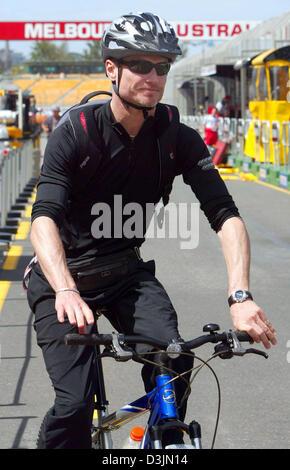 (Afp) - Colombie Britannique pilote de Formule 1 David Coulthard (Red Bull Racing) arrive avec son vélo sur le circuit Banque D'Images