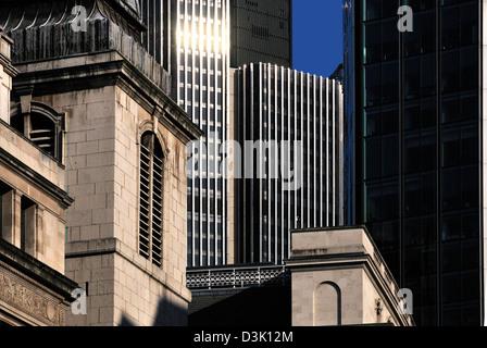 Londres, Angleterre, Royaume-Uni. Vieille église et les blocs de bureau moderne dans la ville de Londres Banque D'Images