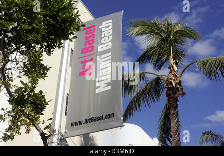 """(Afp) - Une affiche annonce le logo de la foire d'art """"L'Art Basel Miami Beach' à Miami Beach, Floride, USA, 04 décembre 2005. Depuis le salon a été créé en 2001, Art Basel Miami Beach est devenu l'un des salons d'art internationaux dans les États. Le spectacle est une extension de l'Art Basel, la Foire internationale annuelle pour les et contempora"""