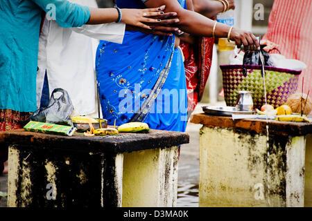Des offrandes à dieux hindous à Grand Bassin à Ganga Talao lake, l'Ile Maurice Banque D'Images