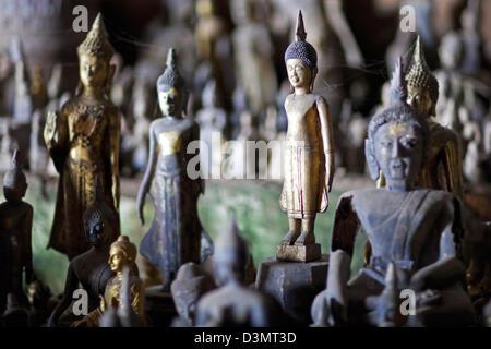 Les statues de Bouddha à l'intérieur de la grotte inférieure / Tham Ting à grottes de Pak Ou le long de la rivière du Mékong près de Luang Prabang, Laos, Asie du sud-est