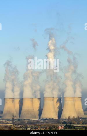 L'augmentation de vapeur par les tours de refroidissement à Ratcliffe sur Soar Power Station Banque D'Images